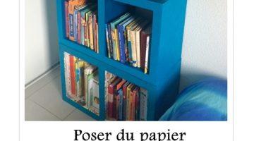 Poser du papier sur un meuble en carton